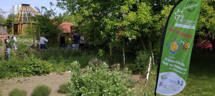 Jugendliche arbeiten in einem Garten und jäten Unkraut